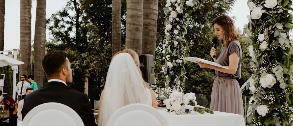 Traurednerin Verena führt Freie Trauung mit Brautpaar in Italien durch.