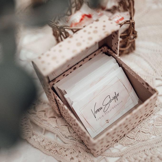 Schachtel mit Visitenkarten von Traurednerin Verena Schöpfer.