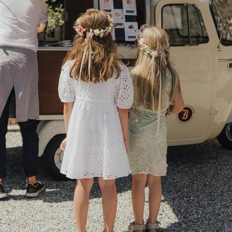 Kinder stehen vor italienischer Ape.