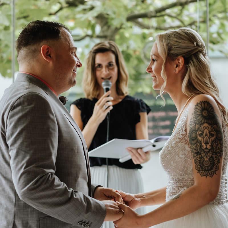 Traurednerin Verena traut Brautpaar mit JA-Wort.