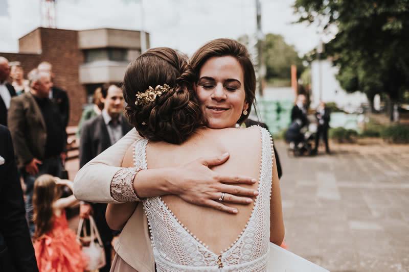 Traurednerin Verena umarmt Braut emotional und herzlich.