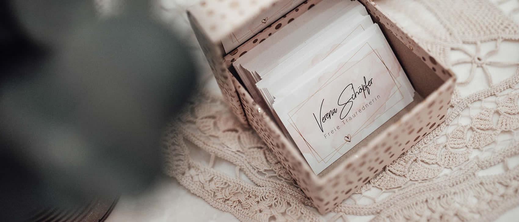 Visitenkarten in Schachtel von Freie Traurednerin Verena Schöpfer
