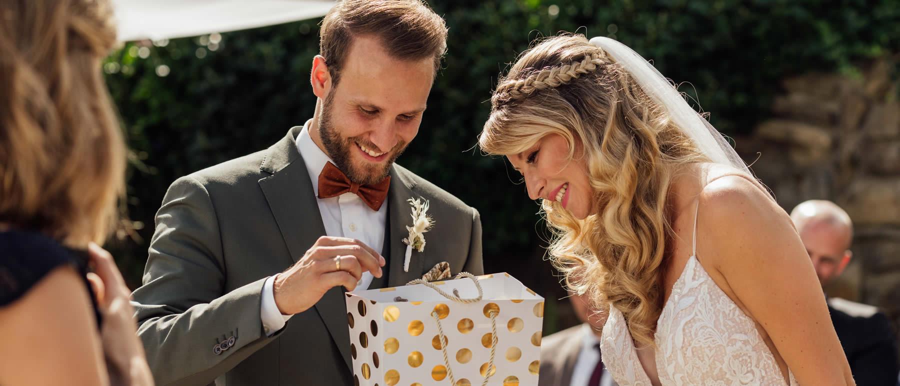 Freie Traurednerin Verena Schöpfer mit Brautpaar und Geschenk.