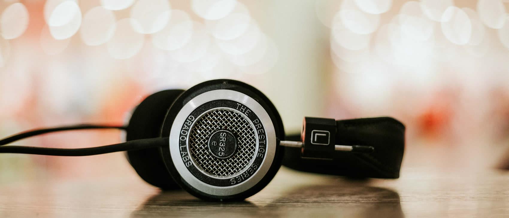 Liegende Kopfhörer