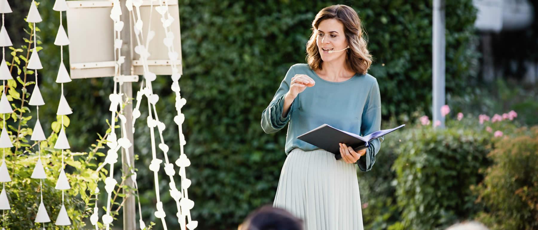 Traurednerin Verena während einer Freien Trauung.