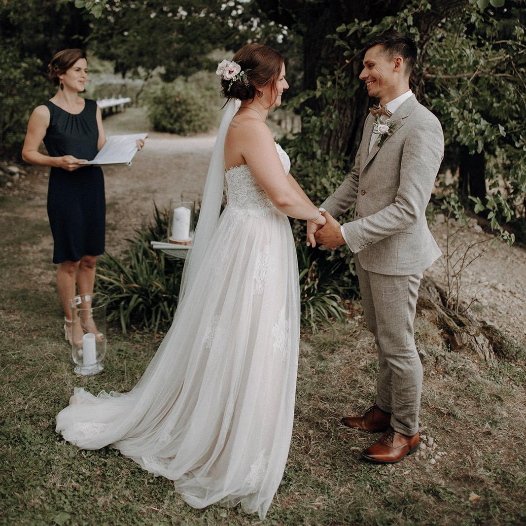 Traurednerin Verena und Brautpaar während Trauversprechen.